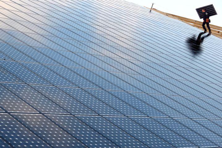 Solaranlagen (Symbolbild): Erneuerbare Energien müssten vier- bis sechsmal schneller ausgebaut werden