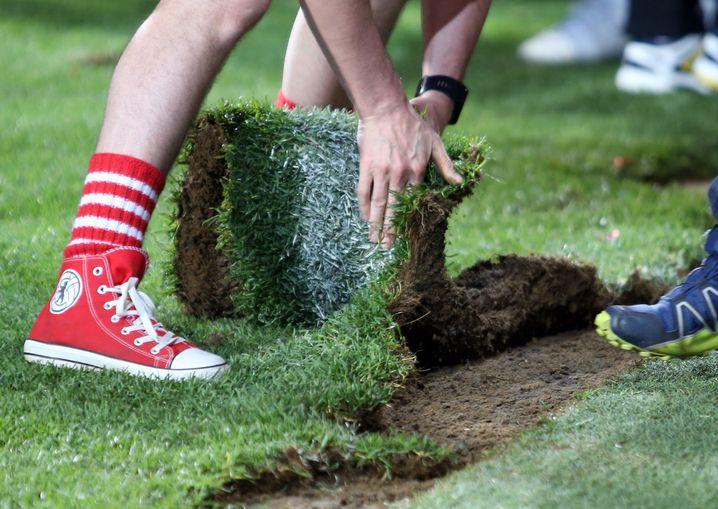 Der Rasen der Alten Försterei, von den Fans nach dem Aufstieg in Besitz genommen