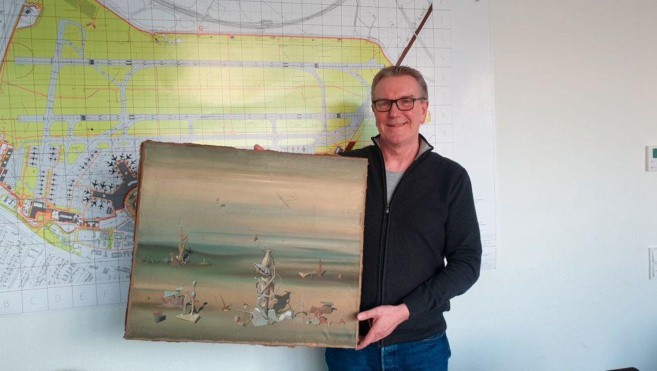 Kriminalhauptkommissar Michael Dietz mit dem wiedergefundenen Gemälde