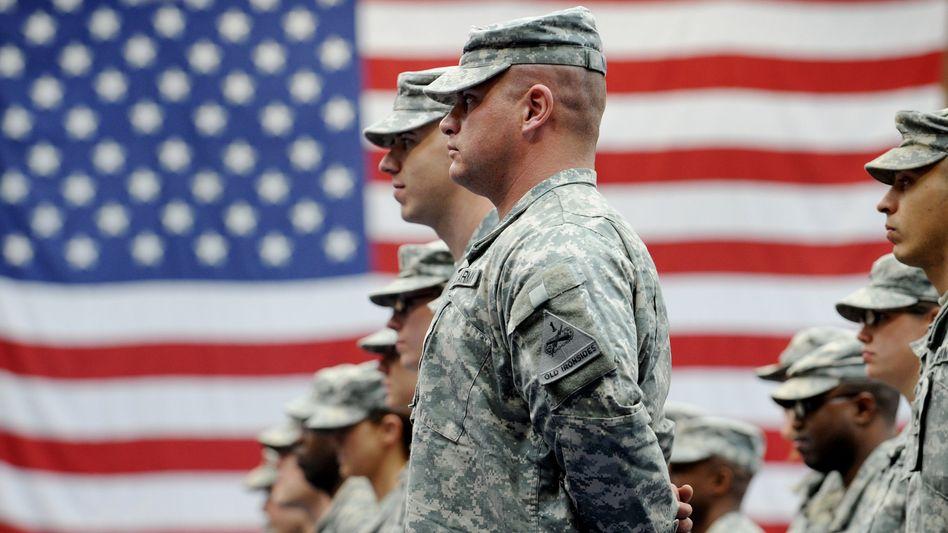 US-Soldaten stehen nach ihrer Ankunft auf der US-Airbase in Wiesbaden-Erbenheim (Archiv)
