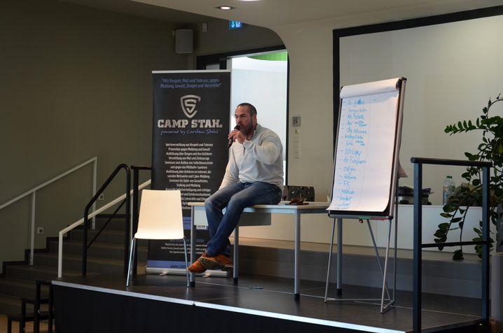Carsten Stahl spricht zu den Schülern