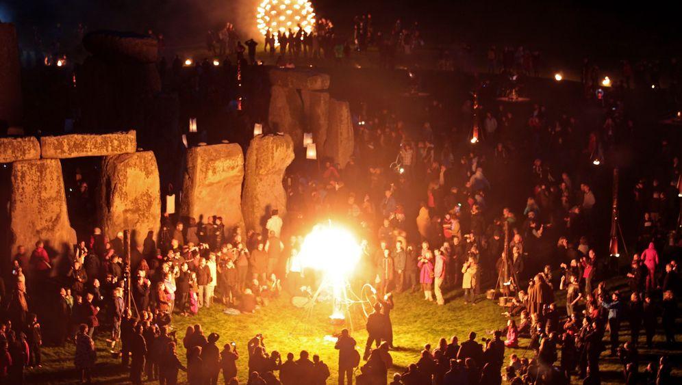 Illuminierte Touristenattraktion: Feuerspektakel in Stonehenge