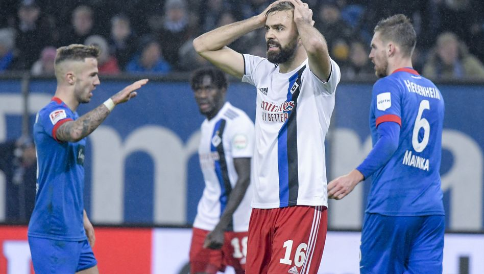 HSV-Stürmer Lukas Hinterseer (M.) war bedient