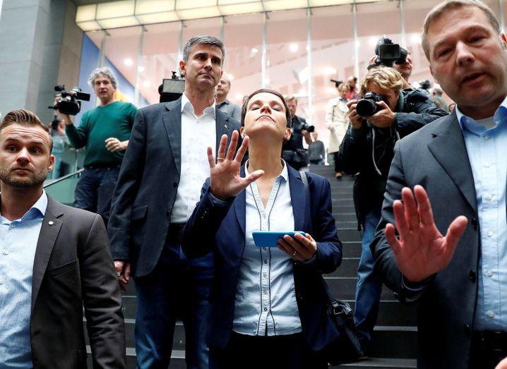 Petry verlässt die Bundespressekonferenz - links Personenschützer, rechts ihr Büroleiter Lang