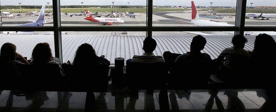 Wartende Passagiere am Flughafen Frankfurt am Main