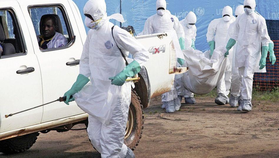 Abtransport eines Ebola-Opfers in Foya, Liberia