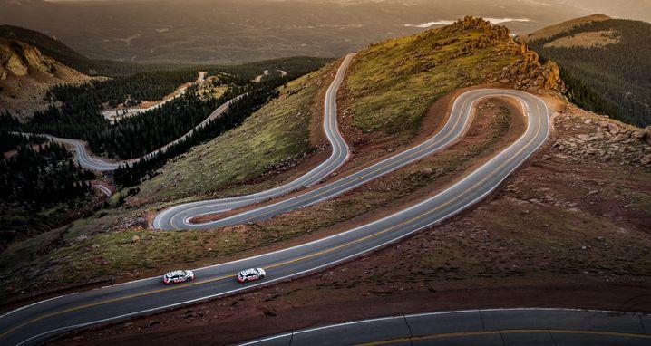 Audi-e-tron-Modelle auf der Downhillstrecke am Pikes Peak