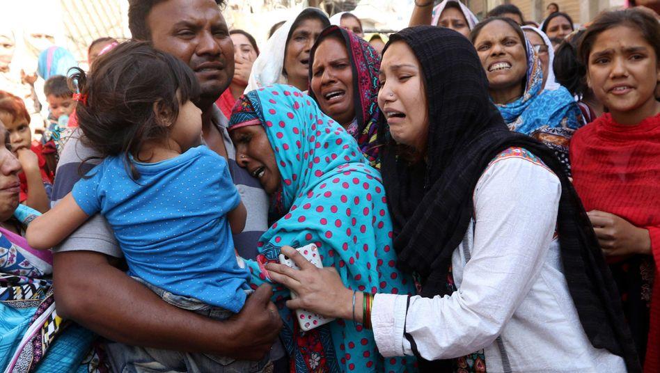 Trauernde in Lahore, Pakistan
