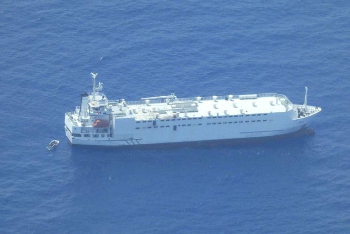 """Frachter MV """"Talia"""", Flüchtlingsboot (links)"""