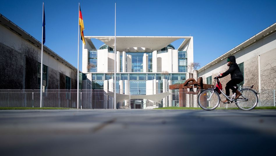 Kanzleramt in Berlin: Über weitere Öffnungsschritte soll wohl erst am 6. Mai entschieden werden