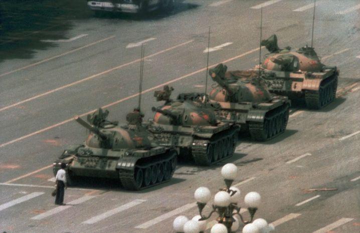 Dieses Foto ging um die Welt: Ein Mann stellt sich im Juni 1989 am Platz des Himmlischen Friedens den chinesischen Panzern in den Weg