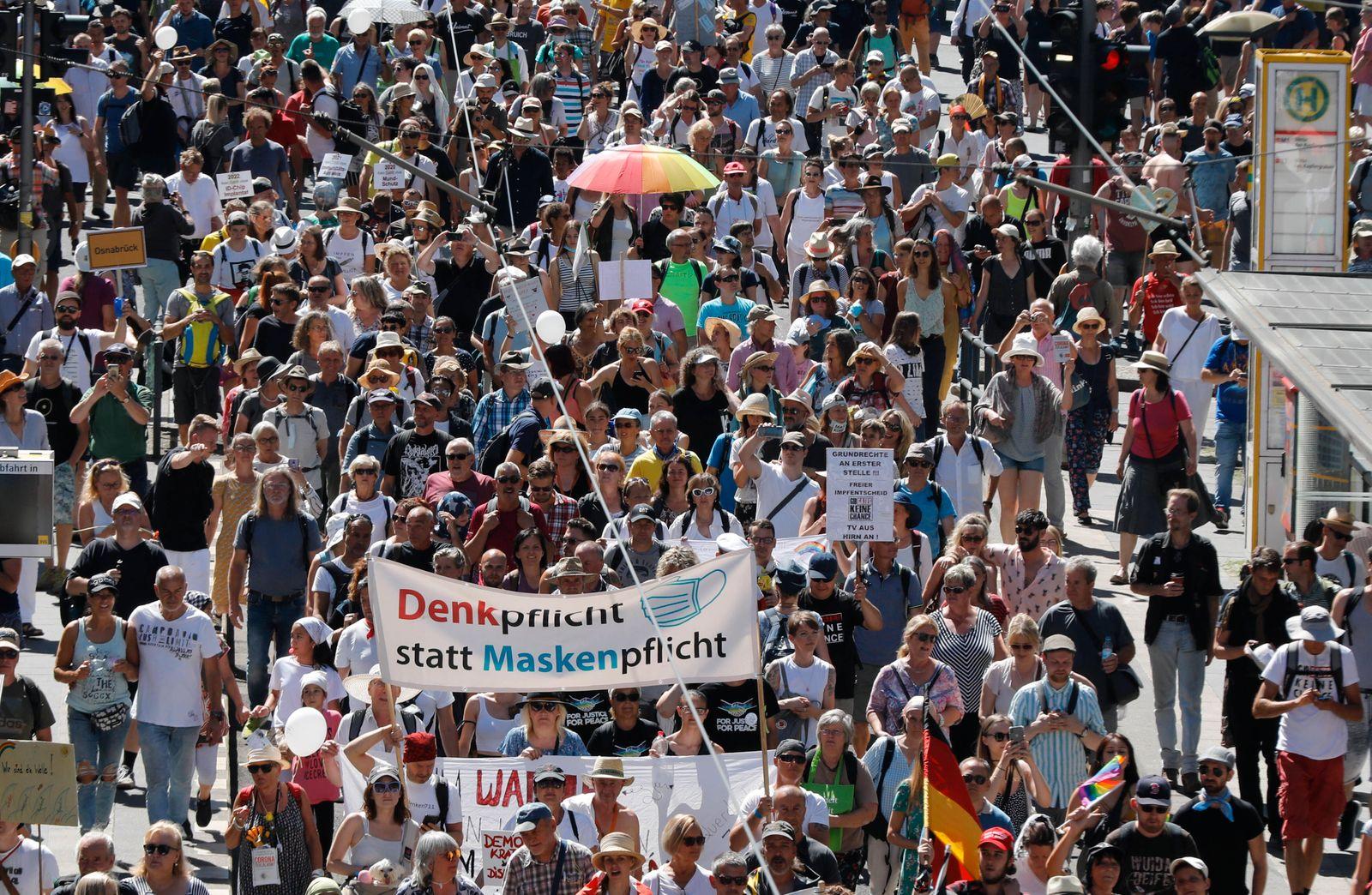 Berlin, DEU, 01.08.20220 -In Berlin demonstrieren Tausende Corona-Leugner gegen die Beschraenkungen in der Pandemie. Ab