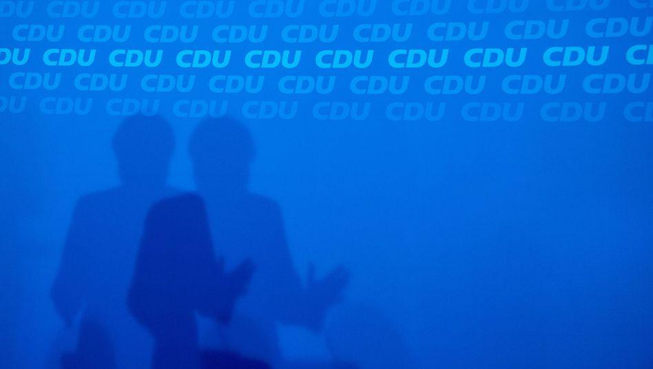 CDU-Schriftzug mit Merkels Schatten