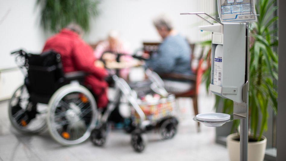 Desinfektionsspender in einem Altenheim in Heinsberg: Gemeinsames Wohnen als Risikofaktor
