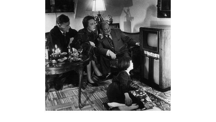 Die ganze Familie vor dem neuen Fernsehapparat: Regelmäßige Fernsehausstrahlungen in Deutschland gab es erst ab dem 25. Dezember 1952. Auf Anhieb mit großem Erfolg.