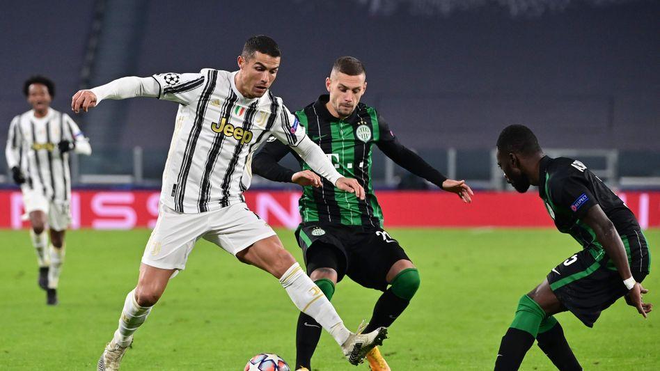 Marcel Heister (M.) im Zweikampf mit Cristiano Ronaldo bei der 1:2-Niederlage in Turin