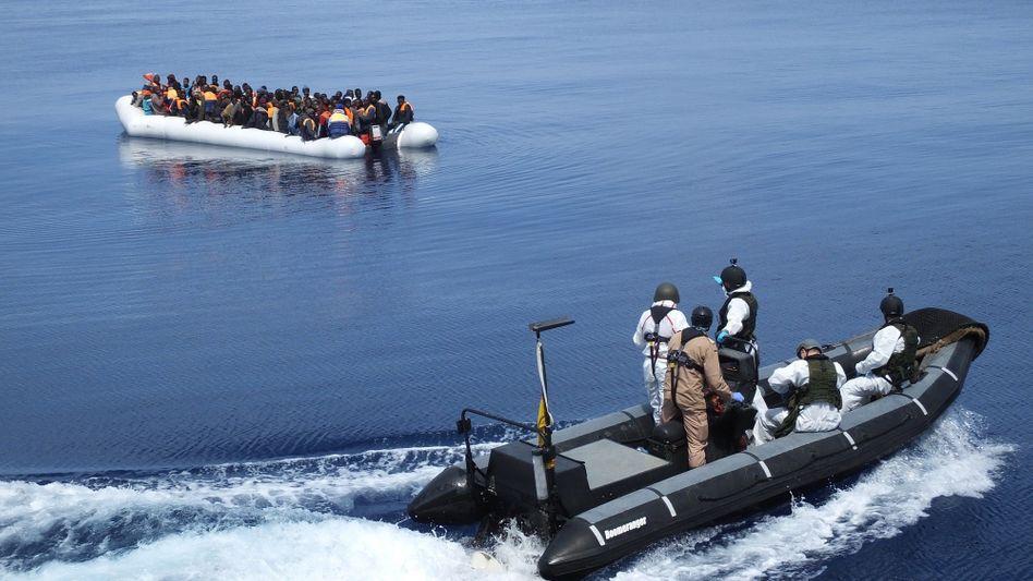 Deutsche Marinesoldaten fahren zu einem Schlauchboot mit Flüchtlingen auf dem Mittelmeer (Archivbild vom April 2017).