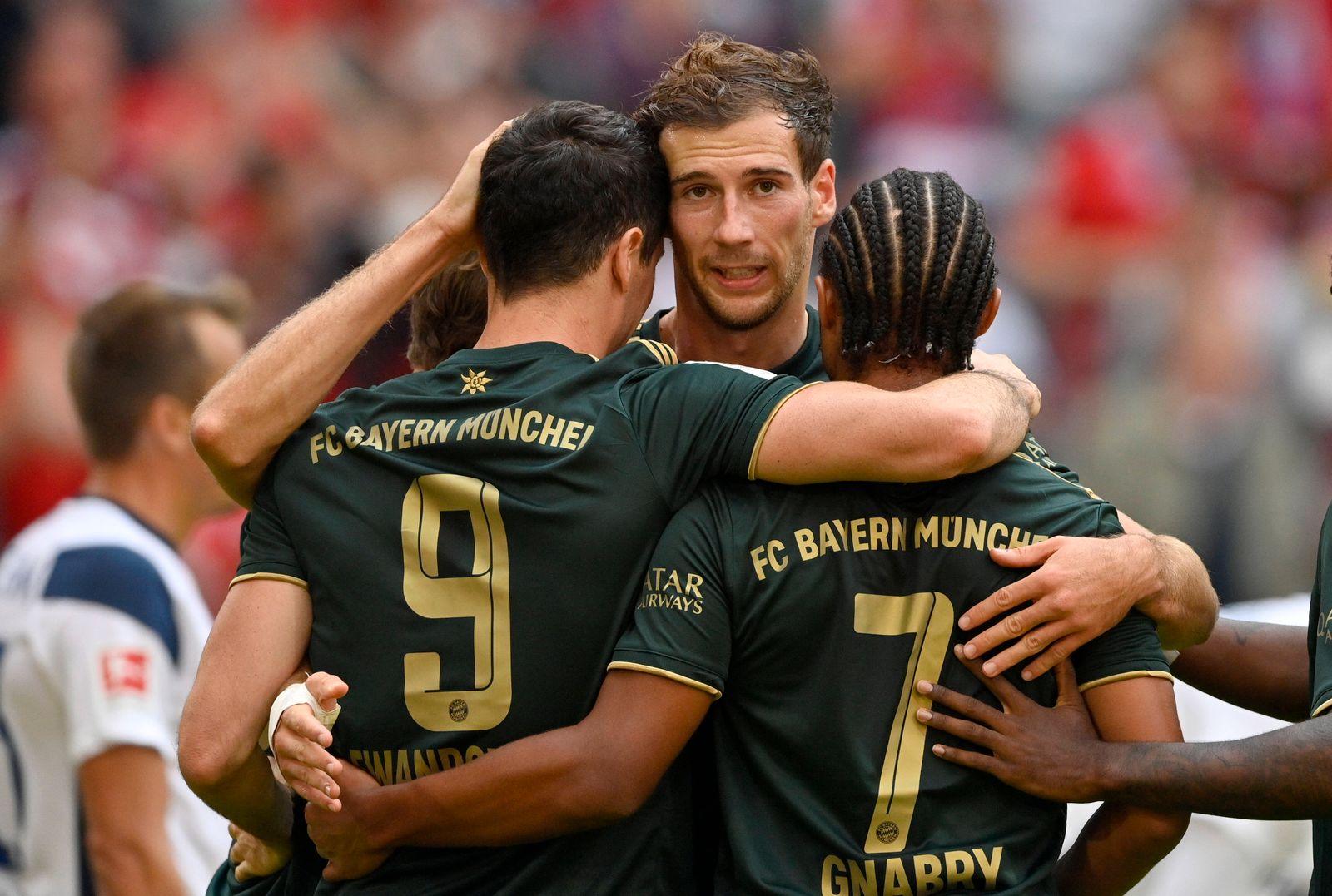 TOR zum 5:0 Robert Lewandowski FC Bayern Muenchen FCB 09 Torjubel mit Serge Gnabry FC Bayern München FCB 07 Leon Goretzk