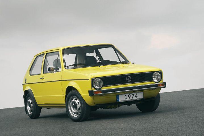 VW Golf I: Der Klassiker aus dem Jahr 1974. Giorgetto Giugiaro hatte das Auto designt - allerdings mit eckigen Scheinwerfern. Die mussten aber dann aus Kostengründen runden Frontleuchten weichen