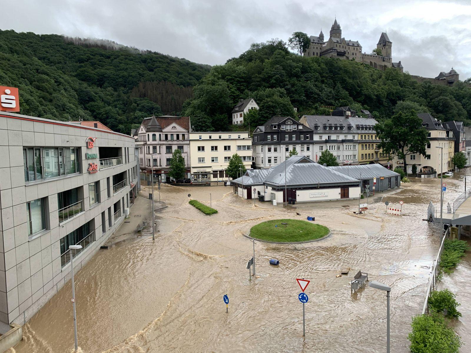 Feuerwehrmann stirbt in den Fluten in Altena: Ortsteile komplett Überflutet - Mehrere Straßen unpassierbar