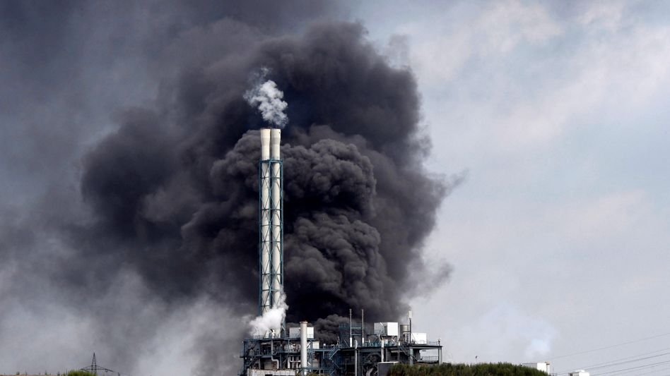 Rauchwolken über der Sondermüll-Verbrennungsanlage im Chempark Leverkusen am 27. Juli