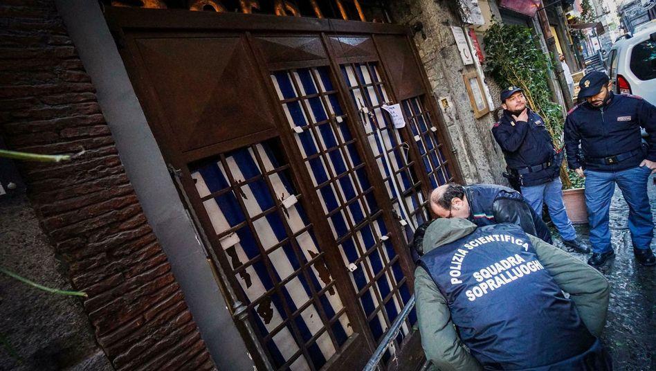 """Polizisten stehen vor dem Eingang der Pizzeria """"Sorbillo"""""""