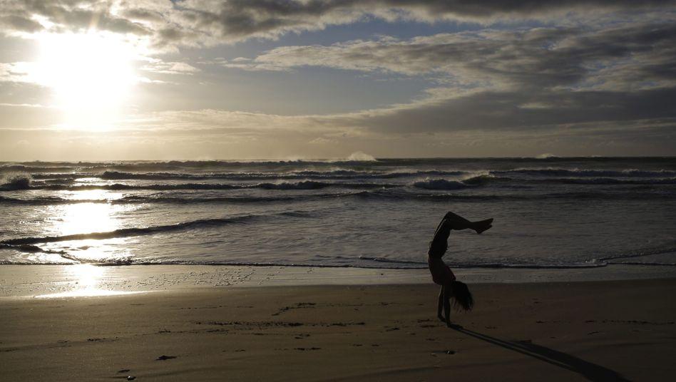 Handstand am Strand: Anspruchsvolle Fitnessübung