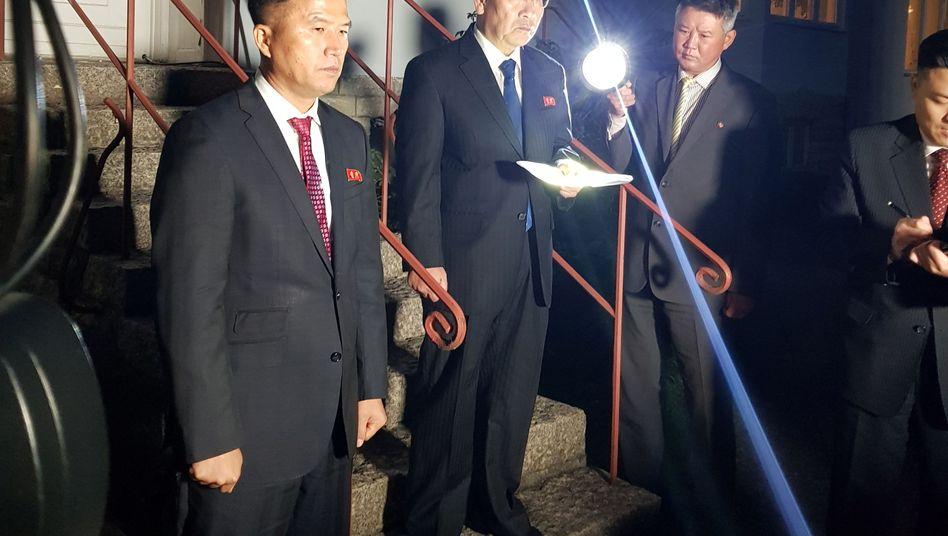 Norkoreas Unterhändler Kim Myong Gil gibt vor der nordkoreanischen Botschaft in Stockholm eine Erklärung ab.