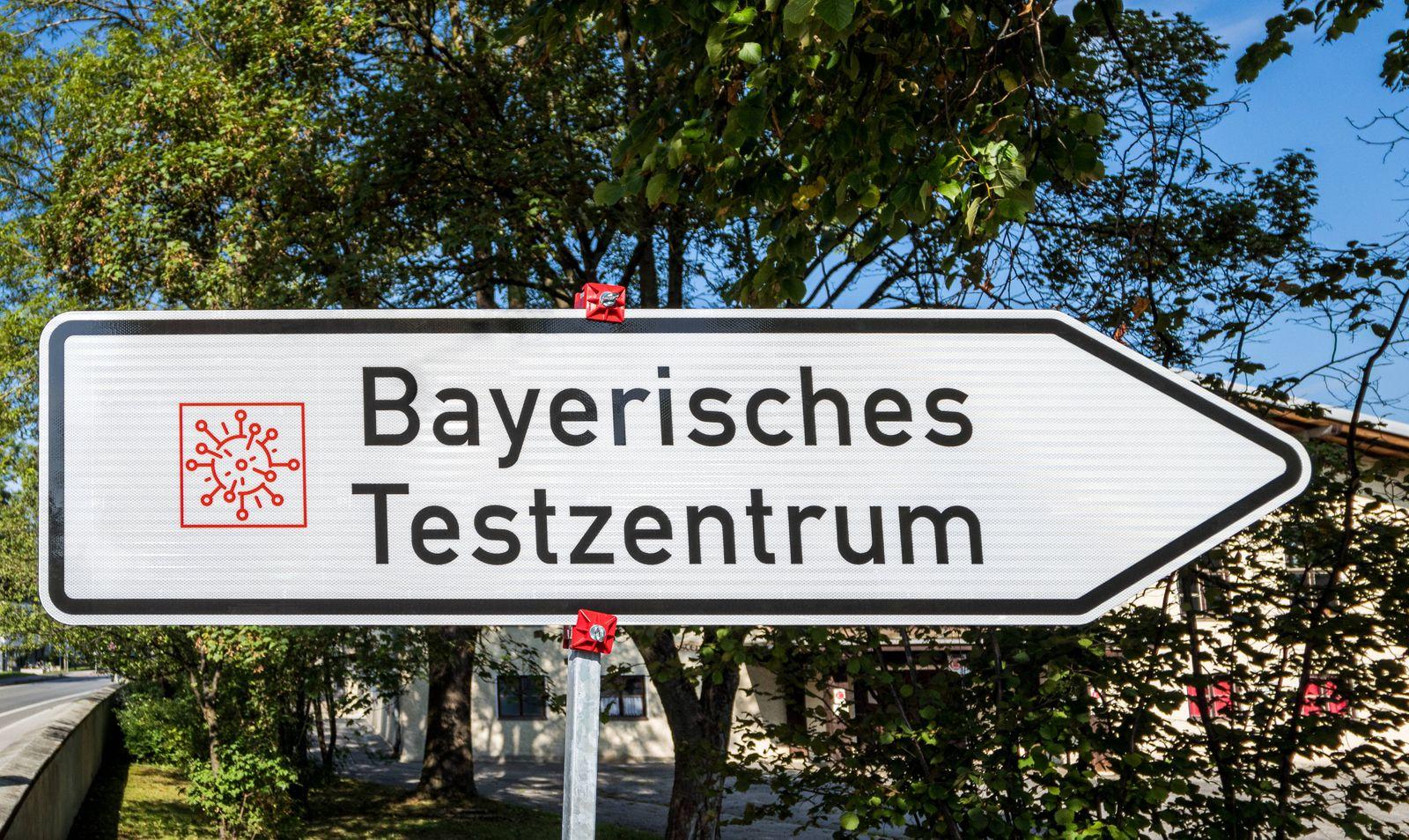 Wegweiser zum Bayerischen Corona Testzentrum in Weilheim Obb., Bayern, Deutschland, Europa Wegweiser Bayerisches Testzen
