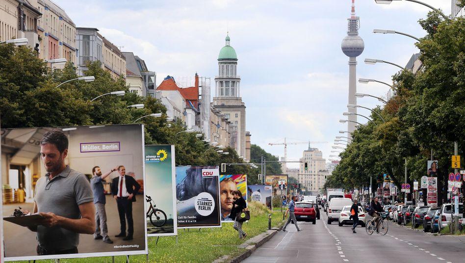 Wahlplakate in der Frankfurter Allee in Berlin