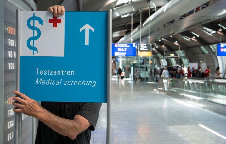 Hinweisschild zu einem künftigen Corona-Testzentrum im Flughafen Frankfurt