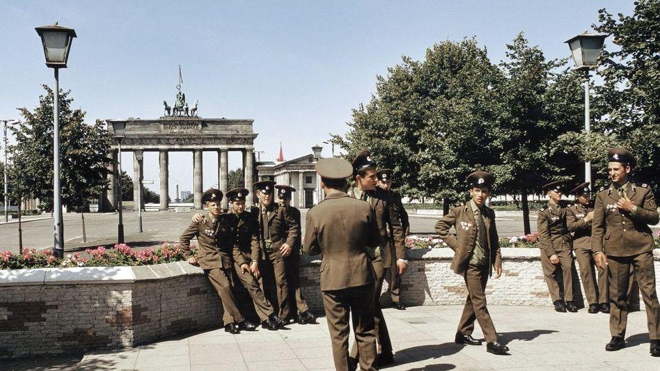 Sowjetsoldaten auf der Ostseite des Brandenburger Tors, um 1970