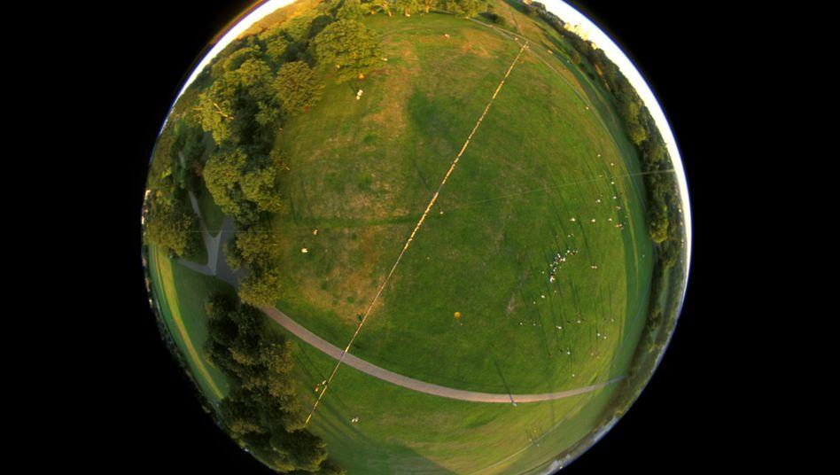 Kunstwerk im Zerrbild: Eine Leuchtspur aus Glühbirnen kennzeichnet den Nullmeridian in Greenwich