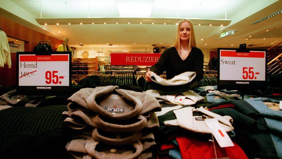 Herrenabteilung in einem Kaufhaus in Bonn: Viele Händler haben ihre Preise längst stark gesenkt