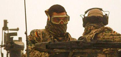 Bundeswehrsoldaten im Sandsturm bei Kunduz: Schnellerer Griff zur Waffe