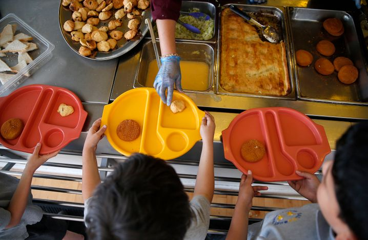 Schüler bekommen Mittagessen in der »Salusbury«-Grundschule
