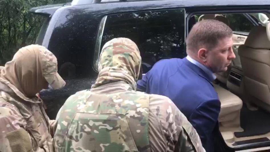 Eine Aufnahme des Staatlichen Ermittlungskomitees zeigt die Festnahme von Sergej Furgal
