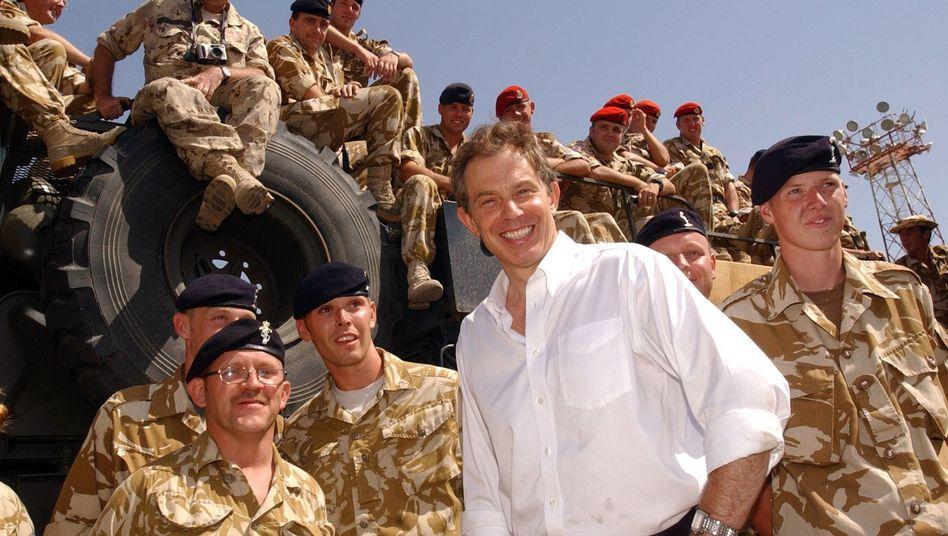 """Blair mit britischen Soldaten im Irak (Aufnahme aus dem Mai 2003): """"Ich kann nicht mit Worten Sorry sagen"""""""
