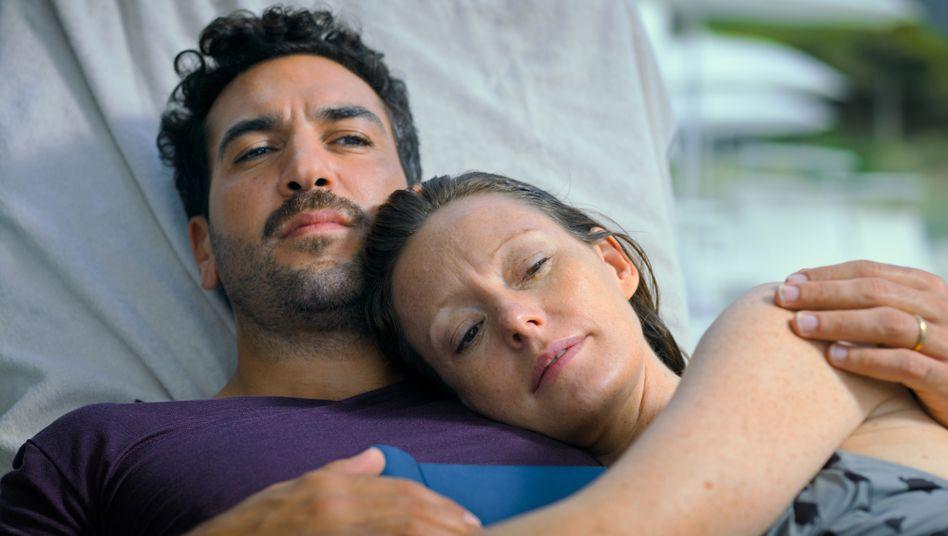 Der Traum vom gemeinsamen Kind: Alice (Lavinia Wilson) und Niklas (Elyas M'Barek) auf Sardinien