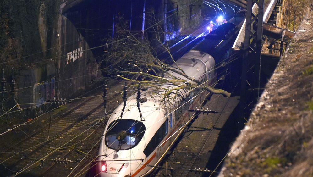 Unwetter: Zugausfälle und Flugchaos in Europa