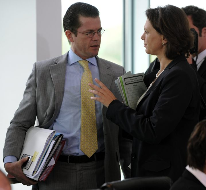 Aigner mit Karl-Theodor zu Guttenberg (Mitte Juni bei Kabinettssitzung): Verhalten der Institute wird geprüft