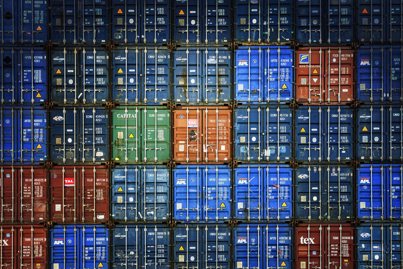 Gestapelte Container im Hamburger Hafen, Deutschland