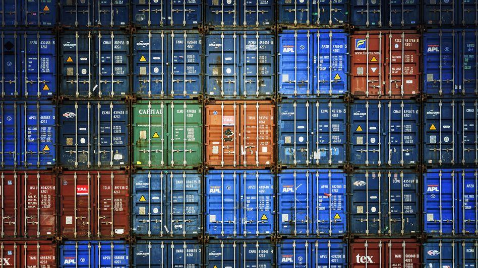 Container-Stapel im Hamburger Hafen: Der aktuelle ZEW-Indikator zeigt bereits eine überraschend deutliche Stabilisierung der Konjunkturerwartungen