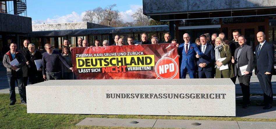 NPD-Anhänger nach dem Urteil in Karlsruhe