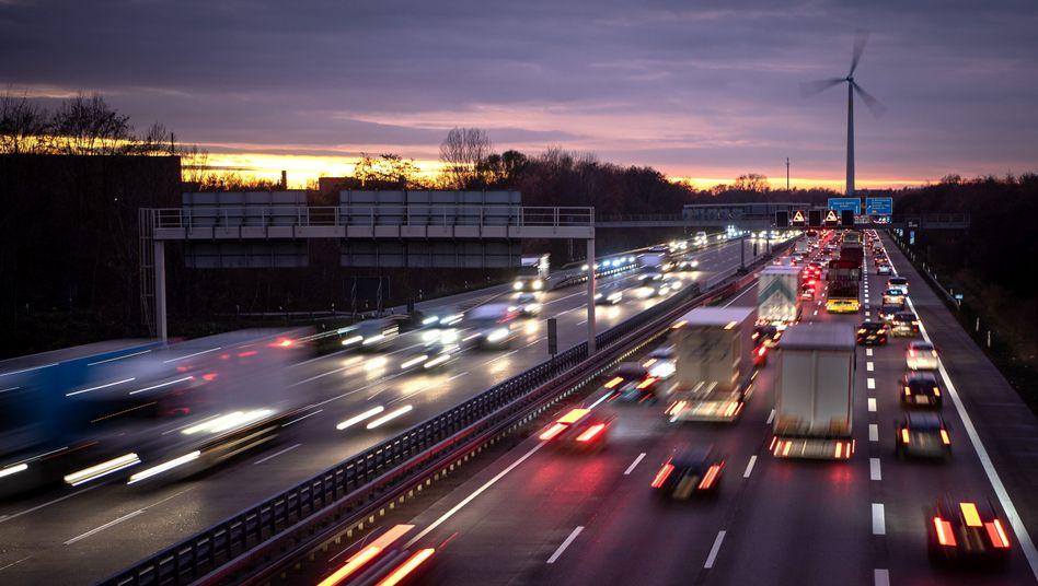 Autos auf der A2: Das Umweltbundesamt fordert strenge Maßnahmen zum Klimaschutz