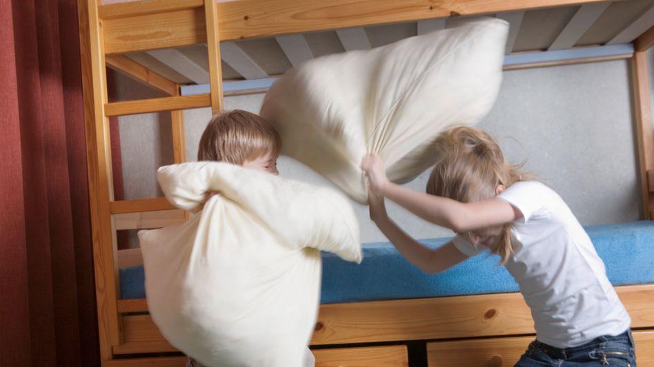Geschwister bei einer Kissenschlacht: Was, wenn es zu brutal wird?