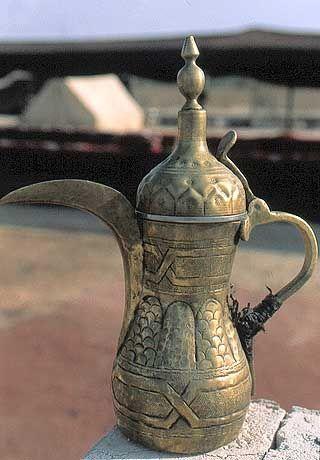 """Arabischer Kaffee, ungesüßt, aber mit Kardamon gewürzt, wird aus den Kannen mit dem typischen langen """"Schnabel"""" serviert."""