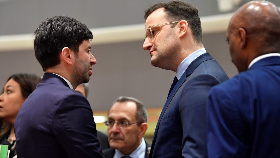 Der italienische Gesundheitsminister Roberto Speranza und der deutsche Gesundheitsminister Jens Spahn am Rande des Ministertreffens