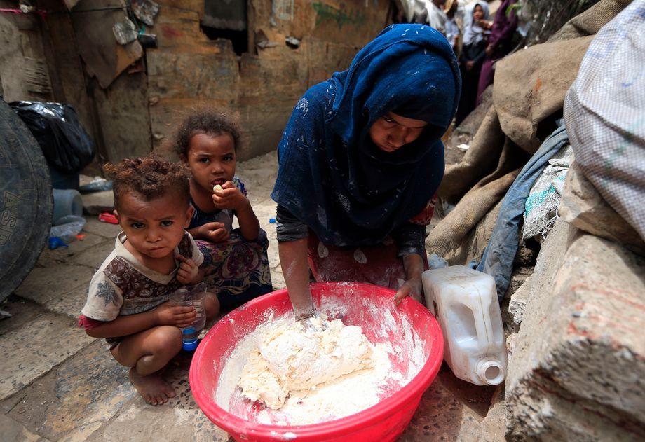 Eine Mutter mit ihren Kindern im Jemen: Für die ärmsten der Armen könnte ein vorübergehendes Grundeinkommen eine erhebliche Lebensverbesserung bedeuten