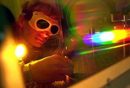 """Physiker (im Laser-Labor in Jena): """"Auch künftig sehr gefragt"""""""